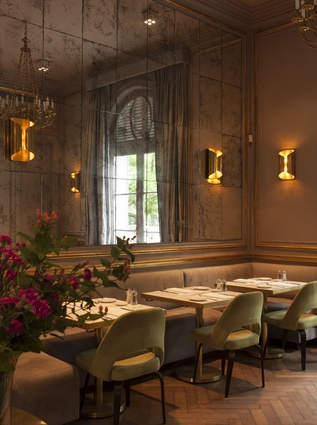 While retaining many nods to the 1920s, this restaurant uses undeniably modern shapes such as folded lamps, rounded chairs and plush banquette seating.