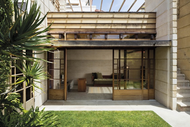 The house was built to maximise outdoor living opportunities. Outdoor stairs are said to have been influenced by local Native American construction practices.