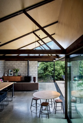 The roof pitch of the new pavilion mirrors that of the original bungalow, creating height and volume, accentuated by the trusses spanning the space.