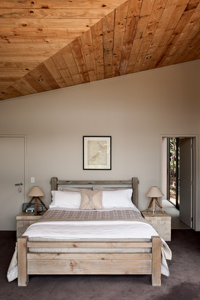 The inverted truss form of the roof has been expressed in the ceiling treatment of the main bedroom.