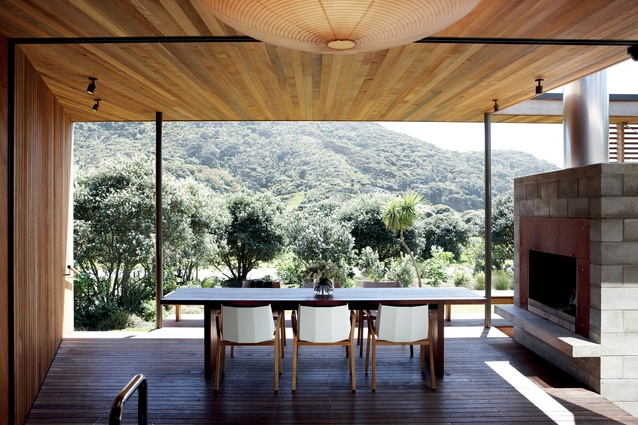 The 'dining room' is placed on the deck, encouraging a rethink of the traditional distribution of spaces.