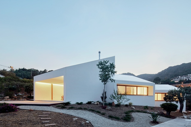 The MM House, designed by Architecture Lab (OHLAB), is located on the beautiful Spanish island of Mallorca.